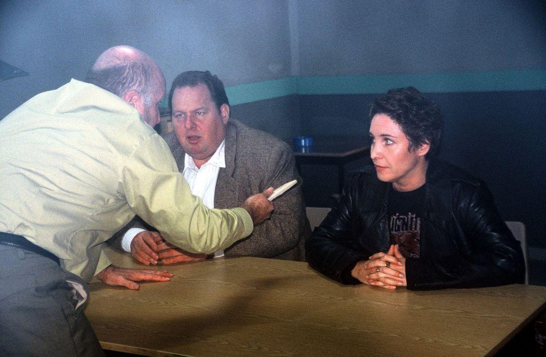 Sabrina (Katerina Jacob, r.) und Benno (Ottfried Fischer, M.) werden von Pfeiffer (Udo Thomer, l.) bedroht. - Bildquelle: Herbert Began Sat.1