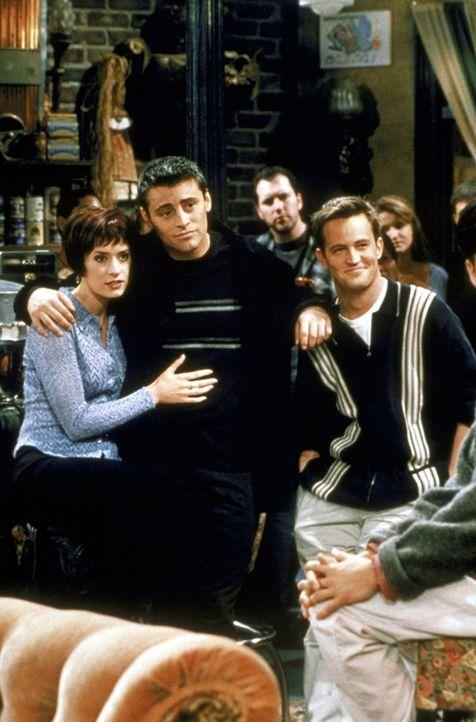 Chandler (Matthew Perry, r.) trifft ein äußerst attraktives Mädchen - nur um am Ende herauszufinden, dass es sich dabei um Joeys (Matt LeBlanc, M... - Bildquelle: TM+  2000 WARNER BROS.