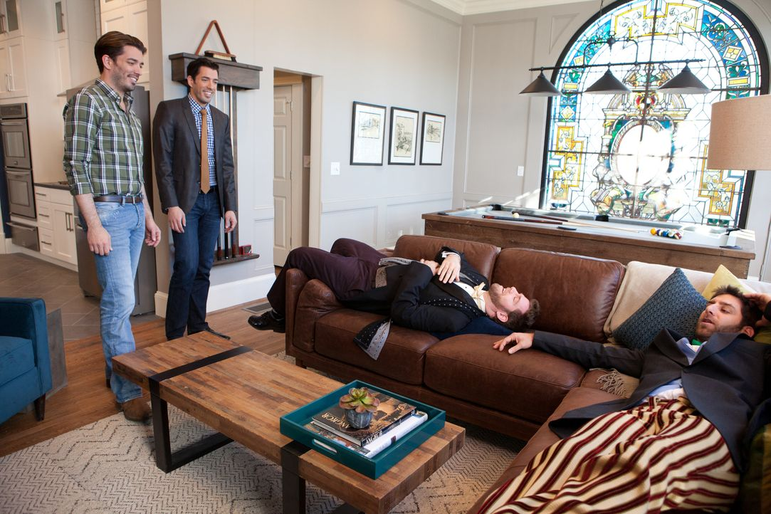 Fühlen sich Mike (r.) und Chris (2.v.r.) in dem von den Brüdern Jonathan (l.) und Drew (2.v.l.) gefundenen und umgebauten Haus schlussendlich wirkli... - Bildquelle: Jessica McGowan 2013, HGTV/Scripps Networks, LLC. All Rights Reserved
