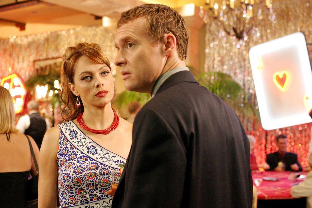Als sich die Cohens und die Coopers bei der 'Casino Night' treffen, lässt Julie (Melinda Clarke, l.) keine Gelegenheit aus, um Jimmy (Tate Donovan... - Bildquelle: Warner Bros. Television