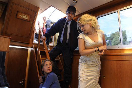 Als Anna (Jeanette Biedermann, r.) ihren Brautstrauß, den sie in der Villa ve...