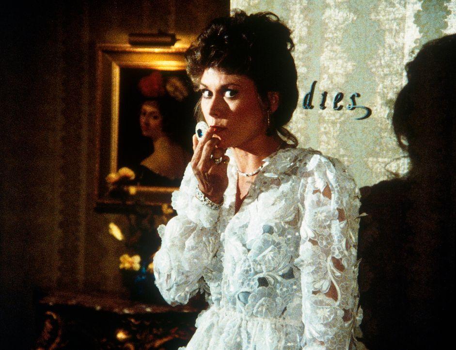 Nicht alles an der kostbaren Verkleidung von Amanda (Kate Jackson) ist echt: In ihrer Brosche ist eine Wanze versteckt. - Bildquelle: CBS Television