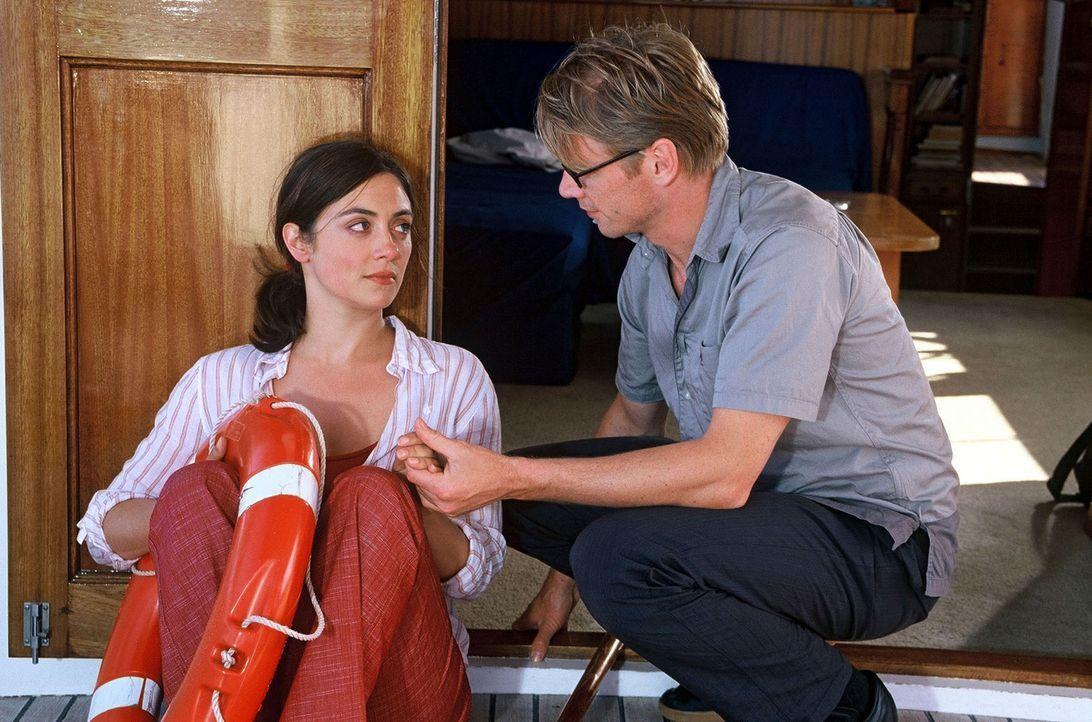 Lars (Kai Scheve, r.) findet auf der Yacht von Max eine völlig verstörte Luise (Julia Richter, l.) vor ... - Bildquelle: Frank Hempel Sat.1