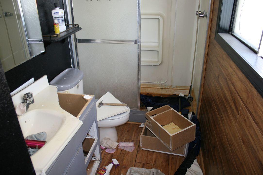 In jedem der Zimmer finden Tarek und Pete eine Spur der Verwüstung vor - so auch im Badezimmer ... - Bildquelle: 2016,HGTV/Scripps Networks, LLC. All Rights Reserved