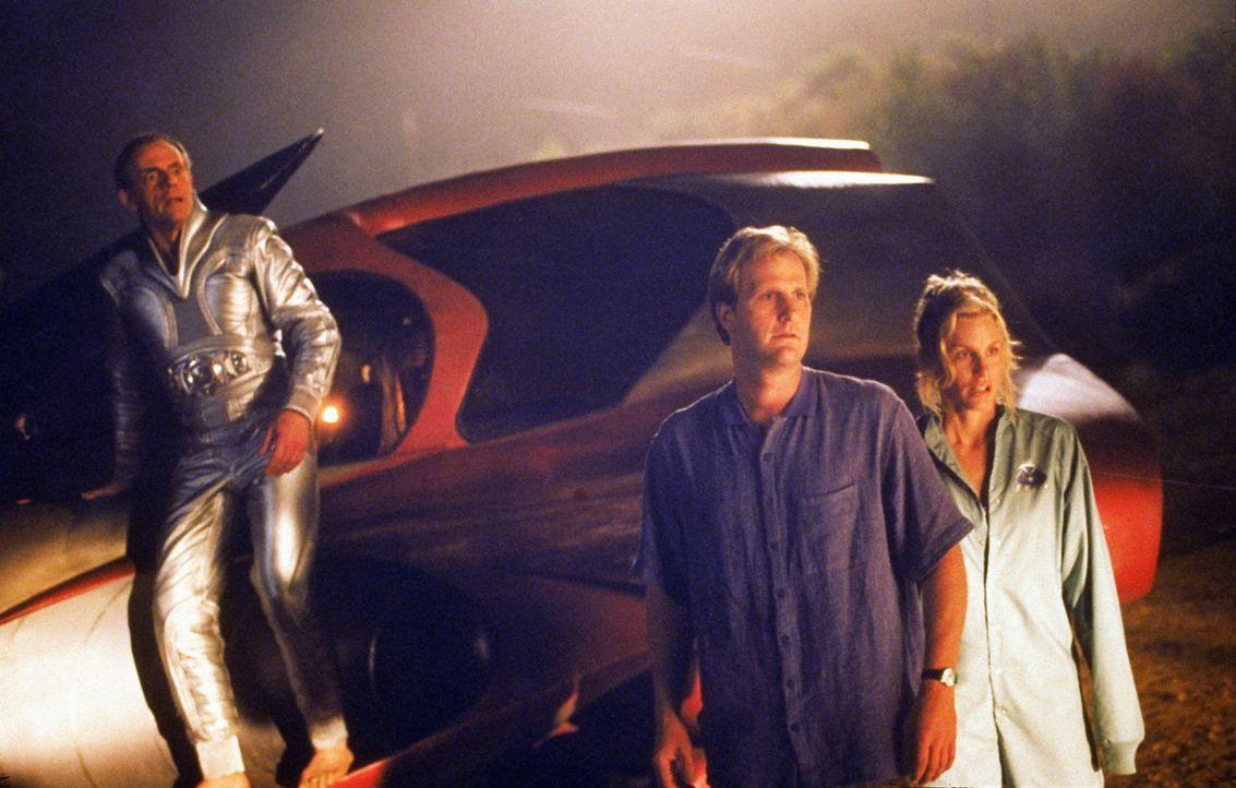 Rettung in letzter Minute: Lizzie (Daryl Hannah, r.), Tim (Jeff Daniels, M.) und der Onkel vom Mars (Christopher Lloyd, l.) ... - Bildquelle: Buena Vista Pictures