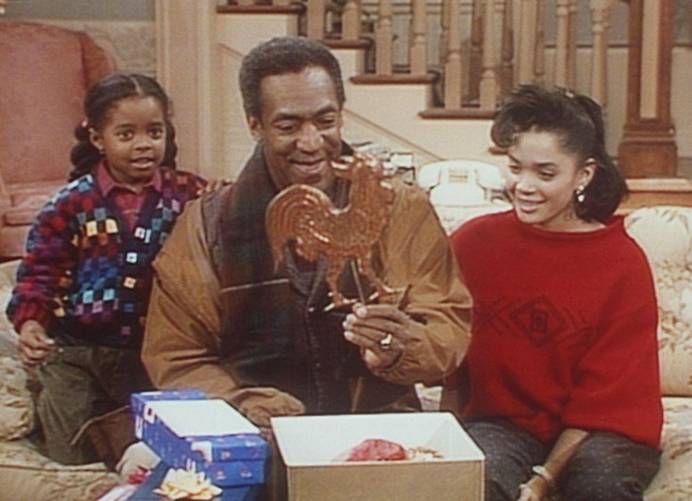 Cliff (Bill Cosby, M.) packt seine Vatertagsgeschenke aus. Rudy (Keshia Knight Pulliam, l.) und Denise (Lisa Bonet, r.) sind gespannt, ob ihnen die... - Bildquelle: Viacom