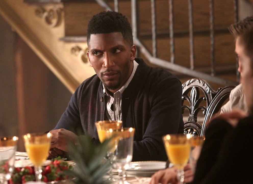 Mit einer unerwarteten Neuigkeit bringt Vincent (Yusuf Gatewood) sogar Klaus ins Taumeln ... - Bildquelle: Warner Bros. Television
