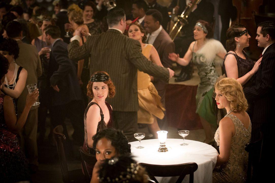 Zwei hübsche Frauen - Bildquelle: Warner Bros. Entertainment Inc.