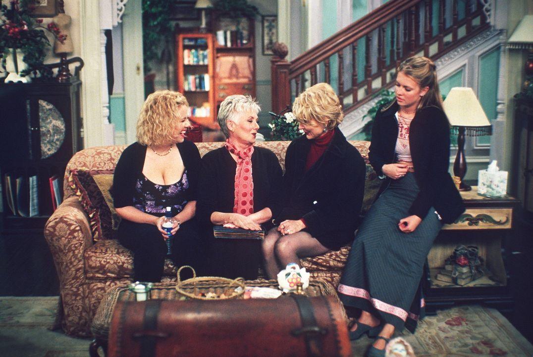 Der Krach im Hexenhaus ist vorprogrammiert: (v.l.n.r.) Hilda (Caroline Rhea), Großmutter Lydia (Shirley Jones), Zelda (Beth Broderick) und Sabrina... - Bildquelle: Paramount Pictures