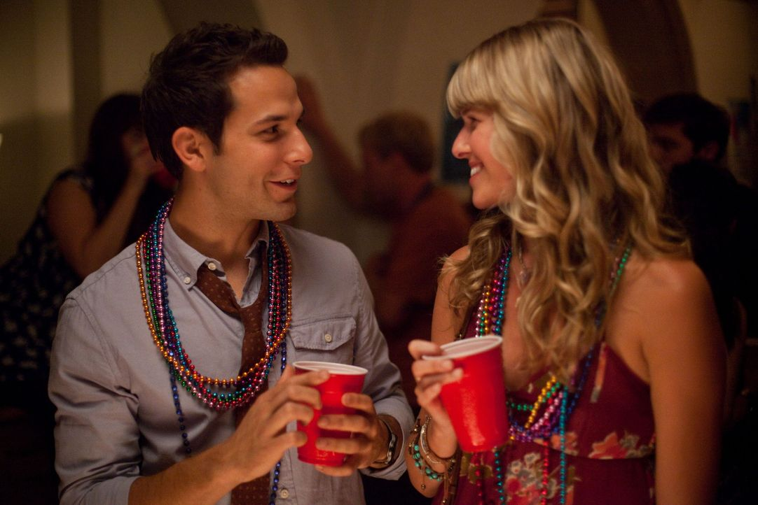 Flirten heftig miteinander: Nicole (Sarah Wright, r.) und Casey (Skylar Astin, l.) ... - Bildquelle: John Johnson 2011 Twenty One and Over Productions, Inc.