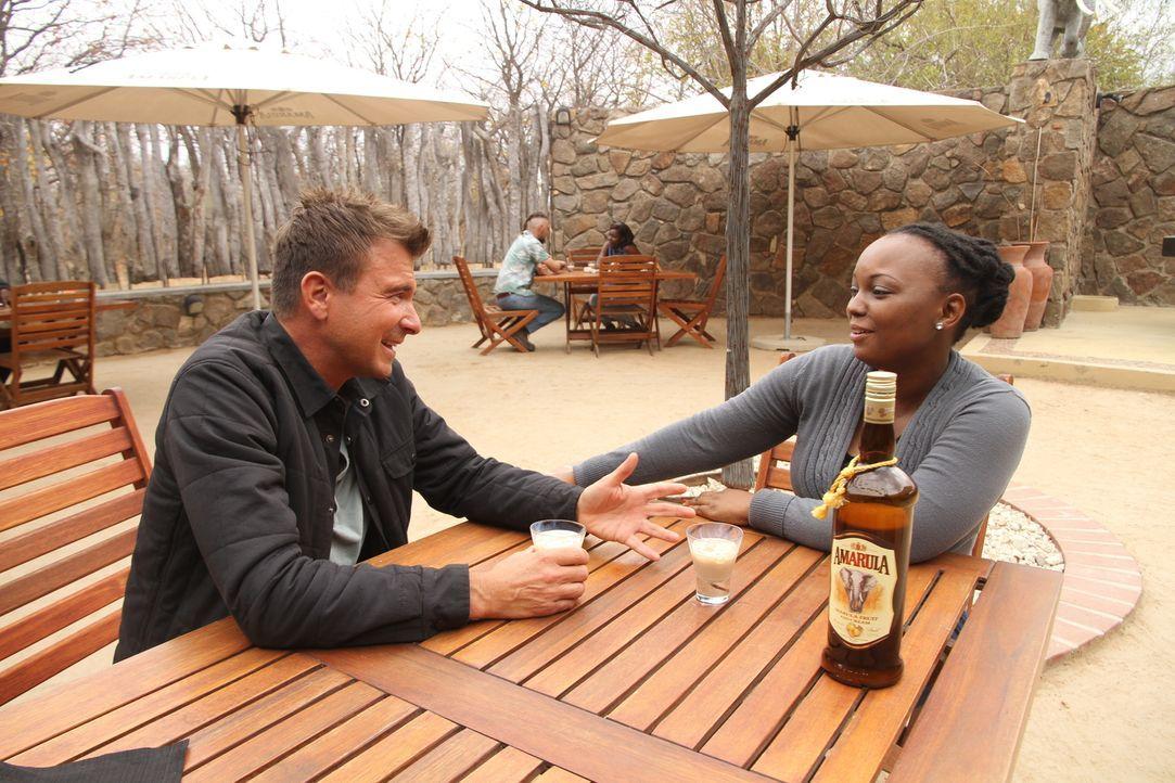 Gemeinsam mit der Südafrikanerin Lorette Selane (r.) genießt Jack (l.) in Kapstadt ein Glas Amarula, den zweitbestverkauftesten Creme-Likör der Welt... - Bildquelle: 2014, The Travel Channel, L.L.C. All Rights Reserved.