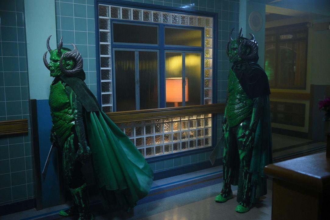 Die grünen Monster müssen erkennen, dass sich ihre unterschiedlichen Mordpläne gegenseitig im Wege stehen. Da kommt Unterstützung aus unerwarteter R... - Bildquelle: 2016 Fox and its related entities.  All rights reserved.
