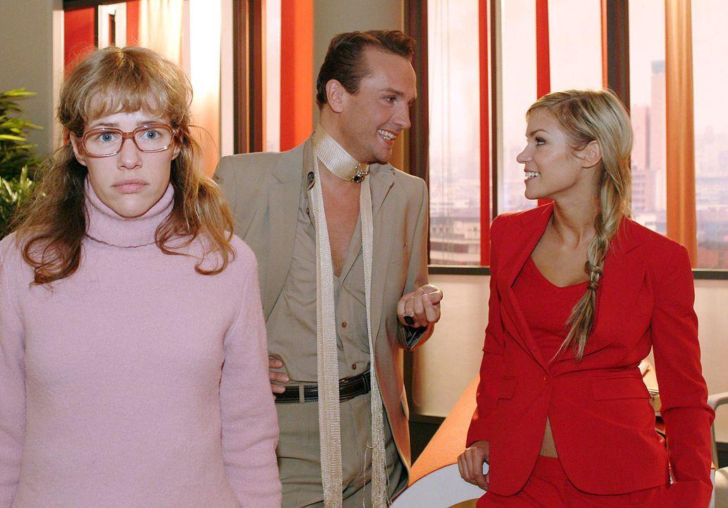 Als Lisa (Alexandra Neldel, l.) morgens im Büro erscheint, scheinen Hugo (Hubertus Regout, M.) und Sabrina (Nina-Friederike Gnädig, r.) über sie... - Bildquelle: Sat.1