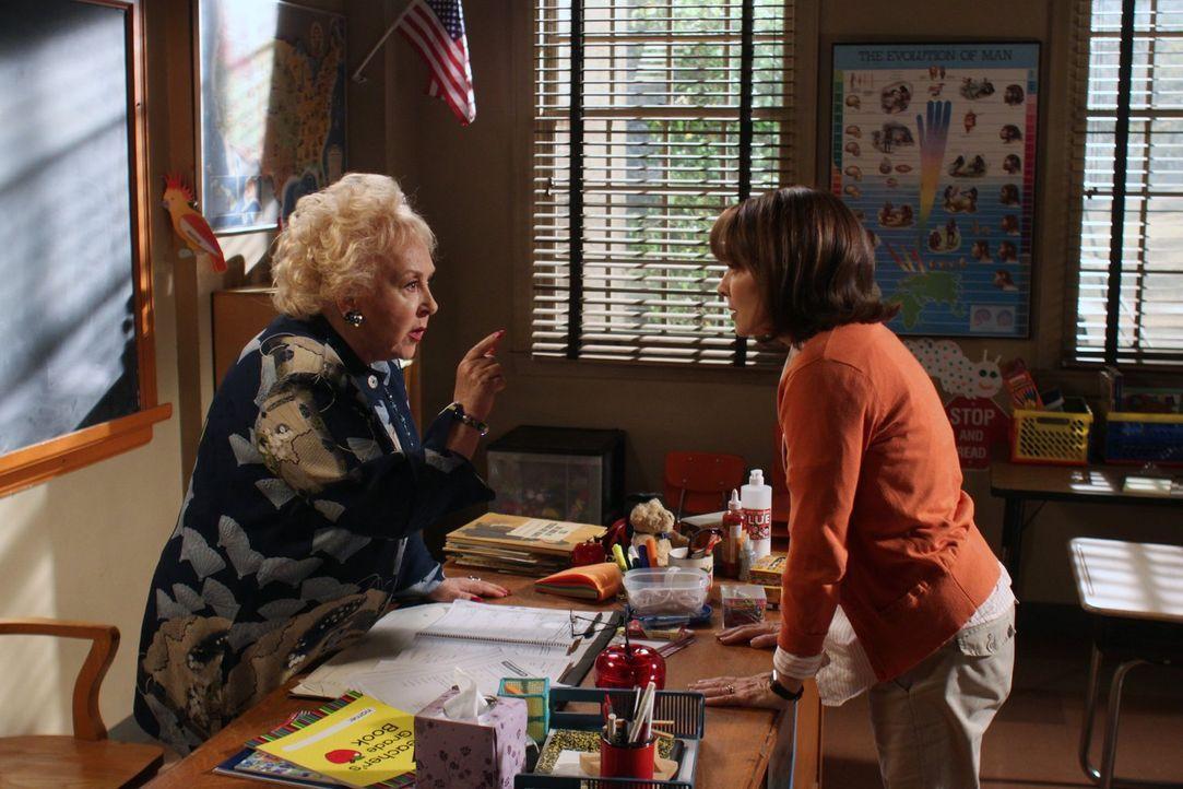 Frankie (Patricia Heaton, r.) versucht Bricks neue Lehrerin Ms. Rinsky (Doris Roberts, l.) über die kuriosen Gewohnheiten ihres Sohnes aufzuklären,... - Bildquelle: Warner Brothers