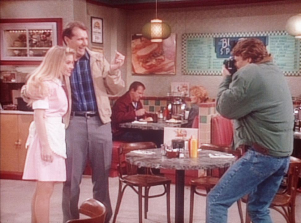 Stolz lässt Al (Ed O'Neill, M.) sich mit Kelly (Christina Applegate, l.) von Jefferson (Ted McGinley, r.) fotografieren. - Bildquelle: Columbia Pictures