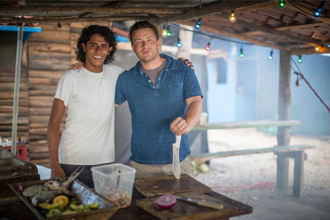 Jamie Oliver (r.) weiß, dass die richtige Ernährung das Leben verändern und verlängern kann. Darum reist er an die Orte, mit der gesündesten Ernähru... - Bildquelle: Freddie Claire 2015 Jamie Oliver Enterprise Ltd