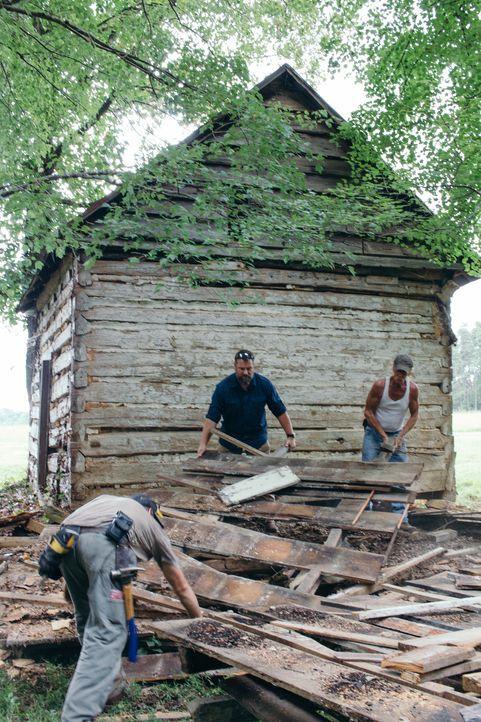 Mark Bowe und seine Crew haben ein neues Prjoket. Die alte Scheune soll  sich in eine richtige Hütte für Whiskeyliebhaber verwandeln ... - Bildquelle: 2015, DIY Network/Scripps Networks, LLC. All Rights Reserved.