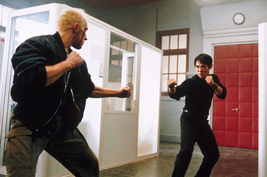 Um seine hemmungslosen Gegner auszuschalten, muss Undercover-Cop Liu Jian (Jet Li, r.) auf seine zahlreichen Tricks als Martial-Arts-Spezialist zur - Bildquelle: Tobis StudioCanal