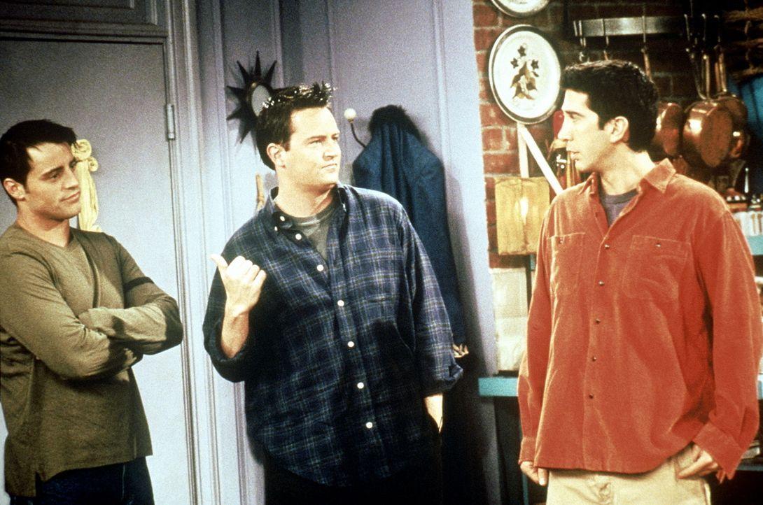 Joey (Matt LeBlanc, l.), Chandler (Matthew Perry, M.) und Ross (David Schwimme, r.) haben keine Lust, den Frauen beim Packen zu helfen. - Bildquelle: TM+  2000 WARNER BROS.