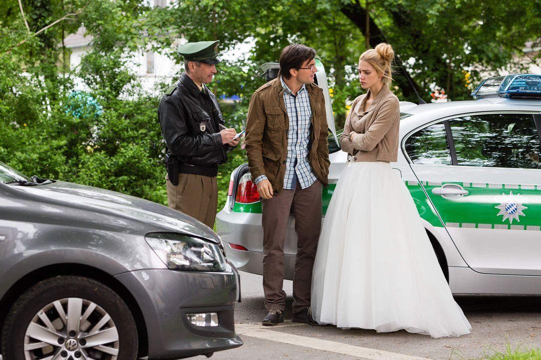 Nichts mehr läuft in ihrem Leben rund, seitdem Bella zu ihr zurückgekehrt ist. Die Polizei will den Führerschein konfiszieren, Wolfgang (Tom Beck, M... - Bildquelle: Arvid Uhlig SAT.1