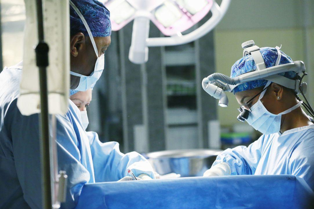 Versuchen alles, um einen Patienten zu retten: Richard (James Pickens jr., l.) und Maggie (Kelly McCreary, r.) ... - Bildquelle: ABC Studios