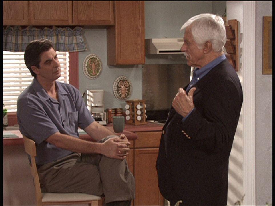 Mark (Dick Van Dyke, r.) fühlt dem Liebhaber der Witwe des Ermordeten auf den Zahn. Denn möglicherweise war diese Affäre das Motiv für den Mord. - Bildquelle: Viacom