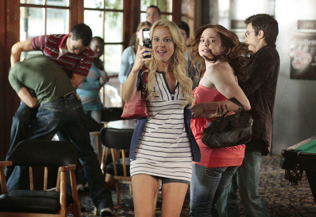 In einer Bar suchen Hillary (Chelan Simmons, vorne l.) und Lori (April Matson, vorne r.) den perfekten D.J. für ihren Ball ... - Bildquelle: TOUCHSTONE TELEVISION