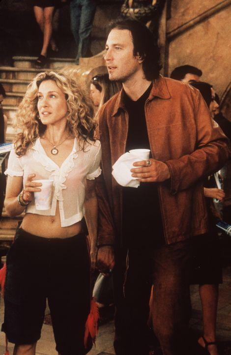 Die Harmonie in Carries (Sarah Jessica Parker, l.) und Aidans (John Corbett, r.) Beziehung wird gefährdet, als Big sich wieder in Carries Leben sch... - Bildquelle: Paramount Pictures