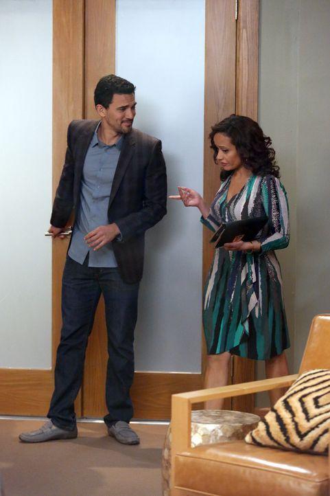 Während Javier (Ivan Hernandez, l.) und Zoila (Judy Reyes, r.) sich näher kommen, hat Rosie mit einem Gefühlschaos zu kämpfen ... - Bildquelle: 2014 ABC Studios