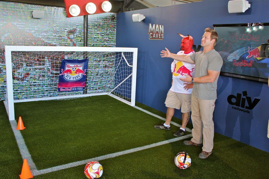 """Präsentiert die neu gestaltete Spielwiese für die New Yorker Red Bull-Fans: Jason Cameron (r.) von """"Man Caves"""" ... - Bildquelle: Nathan Frye 2011, DIY Network/Scripps Networks, LLC.  All Rights Reserved."""