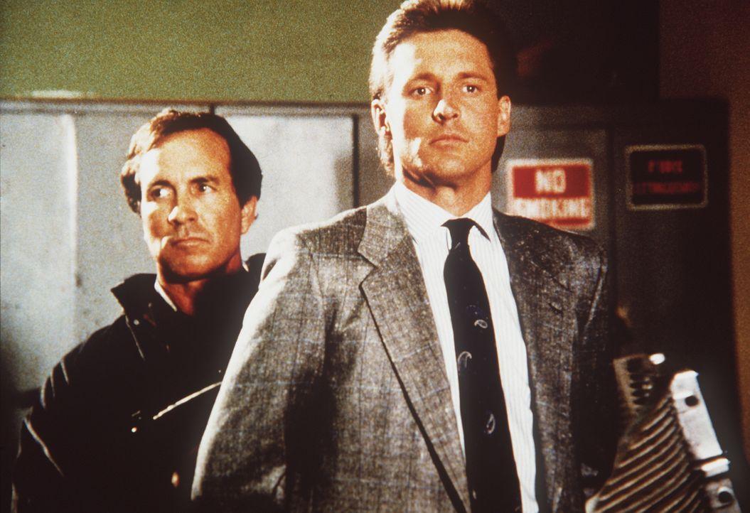 Lee (Bruce Boxleitner, r.) ist in die hemmungslosen Hände seines Gegners geraten ... - Bildquelle: CBS Television