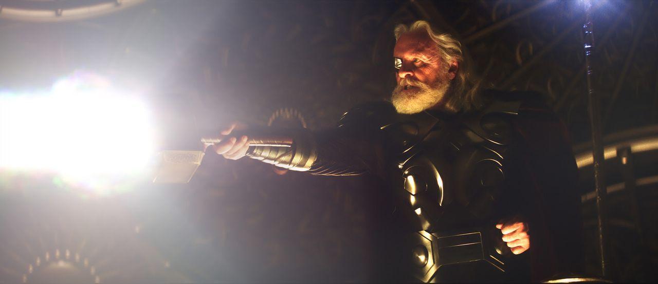 Als amtierender König demonstriert Odin (Anthony Hopkins) seine Macht und verspricht, dem ersten Würdigen die Mächte seines Sohns Thor zu geben.... - Bildquelle: 2011 MVLFFLLC. TM &   2011 Marvel. All Rights Reserved.