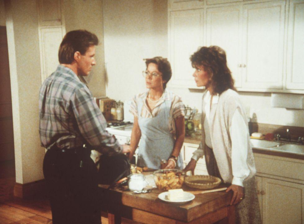 Agnes (Dorothy Fielding, M.), Archivarin des Geheimdienstes, ist Opfer eines Heiratsschwindlers geworden. Amanda (Kate Jackson, r.) und Lee (Bruce B...