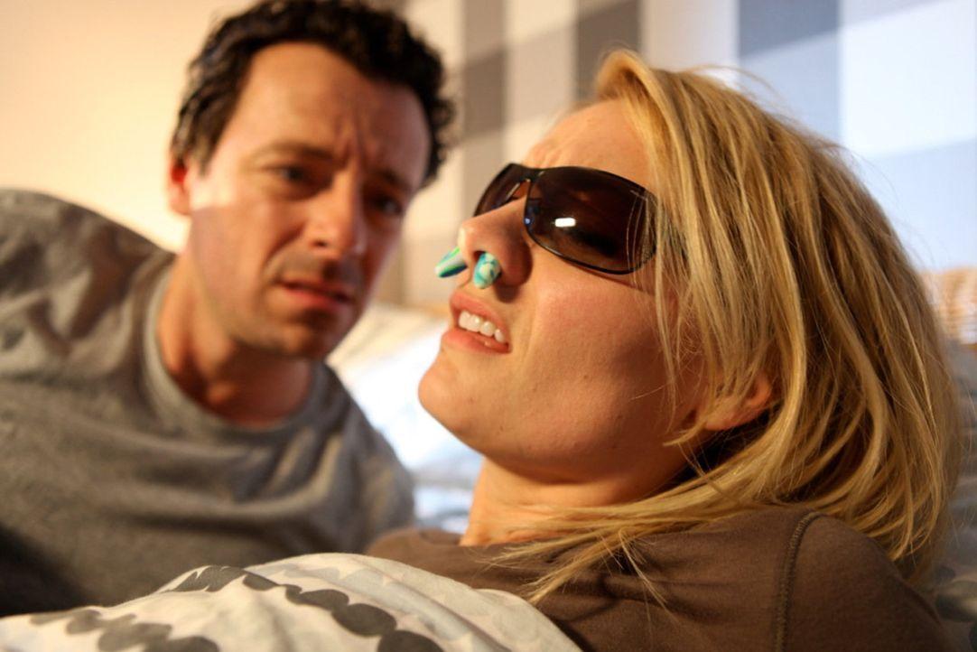 (1. Staffel) - Martina Hill (r.) skizziert altbekannte Frauen-Klischees - mal als Femme Fatale oder fatal peinliche Freundin - und führt diese hemmu... - Bildquelle: Marco Musienko SAT.1