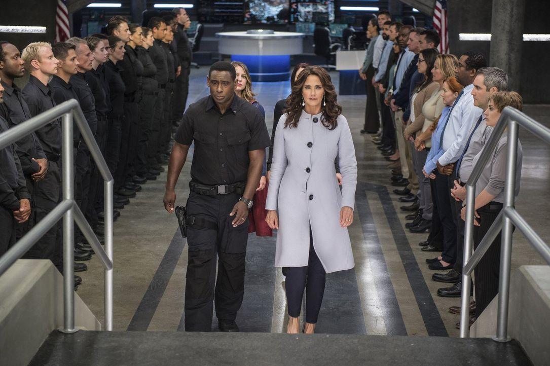 Hank (David Harewood, l.) tut alles in seiner Macht stehende, um die Präsidentin (Lynda Carter, r.) vor weiteren Angriffen zu schützen. Wird es ihr... - Bildquelle: 2016 Warner Bros. Entertainment, Inc.