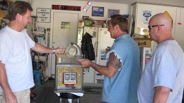 Ein Kunde will, dass Rick Dale (M.) nicht nur einen alten Pepsi-Automaten von...