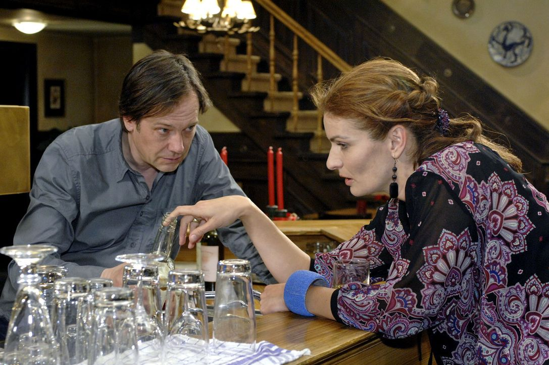 Natascha ertränkt ihren Kummer in Alkohol ... v.l.n.r.: Armin (Rainer Will), Natascha (Franziska Matthus) - Bildquelle: Oliver Ziebe Sat.1