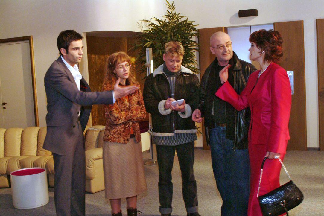 Lisa (Alexandra Neldel, 2.v.l.) ist froh, dass David (Mathis Künzler, l.) ihr nach Richards Übergriff zur Seite steht. Sophie (Gabrielle Scharnitz... - Bildquelle: Monika Schürle Sat.1