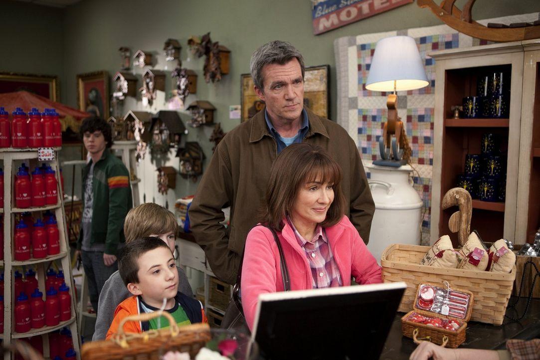 Wieder mal ein Muttertag, wieder mal eine Katastrophe: Mike (Neil Flynn, r.), Brick (Atticus Shaffer, l.), Axl (Charlie McDermott, hinten) und Sue s... - Bildquelle: Warner Brothers