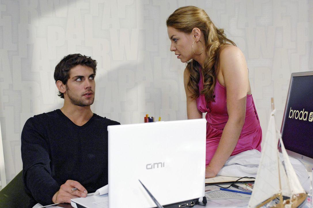 Katja (Karolina Lodyga, r.) bekommt mit, dass Jonas (Roy Peter Link, l.) Mails mit einer Unbekannten austauscht ... - Bildquelle: Oliver Ziebe Sat.1