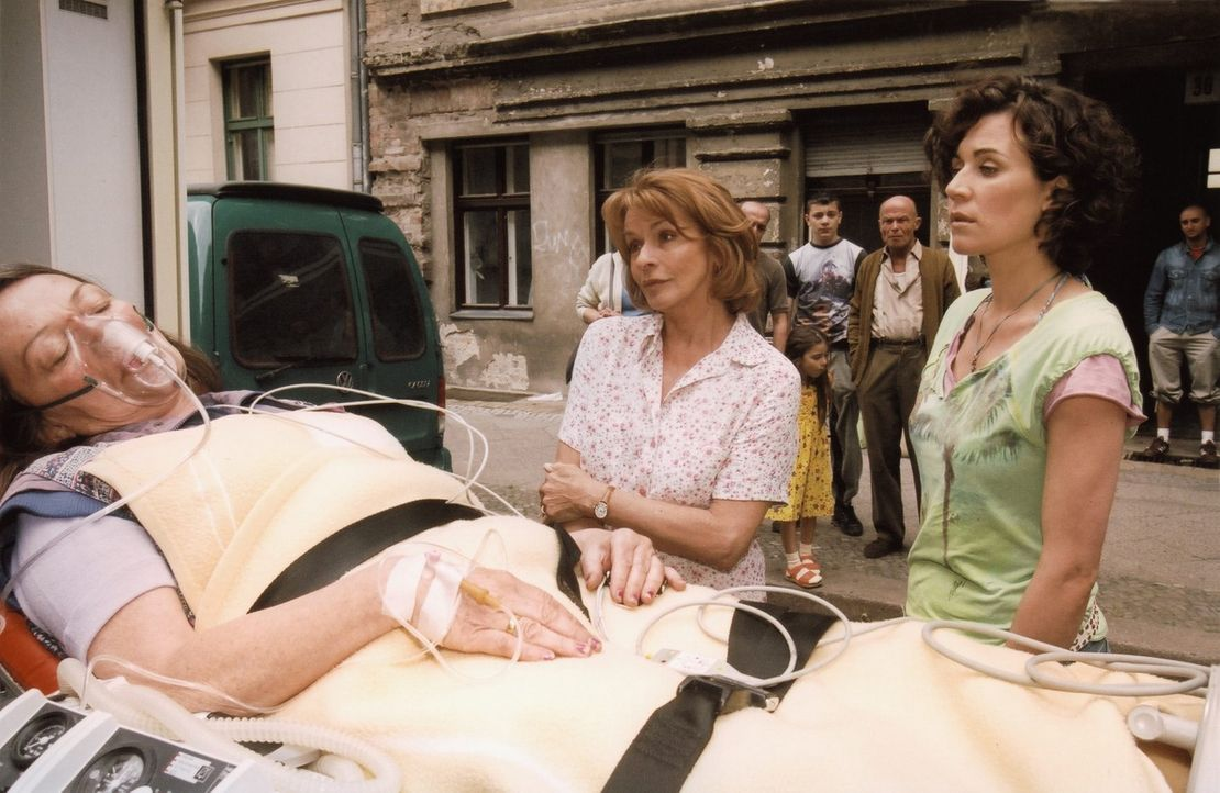 Helga (Senta Berger, M.) und Fanny (Nina Kunzendorf, r.) sind betroffen, als Nachbarin Blaubach (Karin Neuhäuser, l.) nach einem weiteren Alkoholexz... - Bildquelle: Thomas Ernst Sat.1