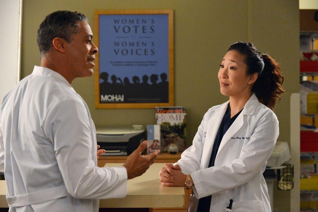 Dr. Christina Yang (Sandra Oh, r.) teilt Dr. Russell (Dominic Hoffman, l.) mit, dass sein Etat gekürzt werden soll. Russel ist darüber alles ander... - Bildquelle: ABC Studios