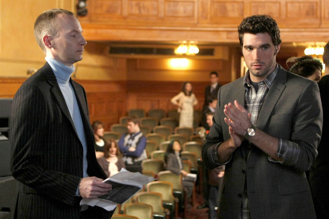 Unterhalten sich über die Theateraufführung, wo die Meinungen völlig auseinander gehen: Charles Isherwood (Charles Isherwood, l.) und Julian (Harmon... - Bildquelle: Warner Brothers