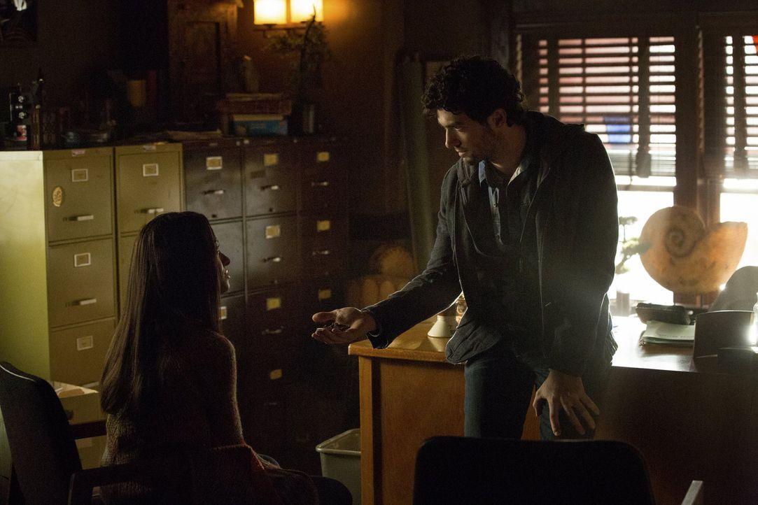 Voller Vertrauen möchte Bonnie (Kat Graham, l.) so viel Zeit wie möglich mit Professor Shane (David Alpay, r.) verbringen und handelt damit genau so... - Bildquelle: Warner Brothers
