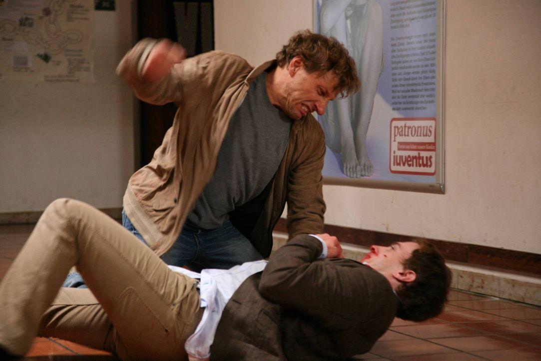Da die Polizei wichtige Ermittlungsergebnisse für sich behält, stiehlt Alfred (Richy Müller, l.) kurzerhand die Akten. Prompt entdeckt er, dass Alex... - Bildquelle: Stefan Haring SAT. 1