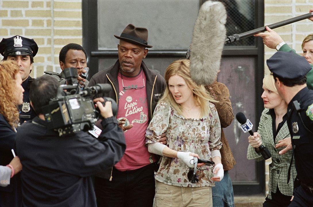 Als die weiße Lehrerin Brenda Martin (Julianne Moore, r.) blutverschmiert in einem Krankenhaus auftaucht und von der Entführung ihres vierjährigen K... - Bildquelle: Sony Pictures Television International. All Rights Reserved.