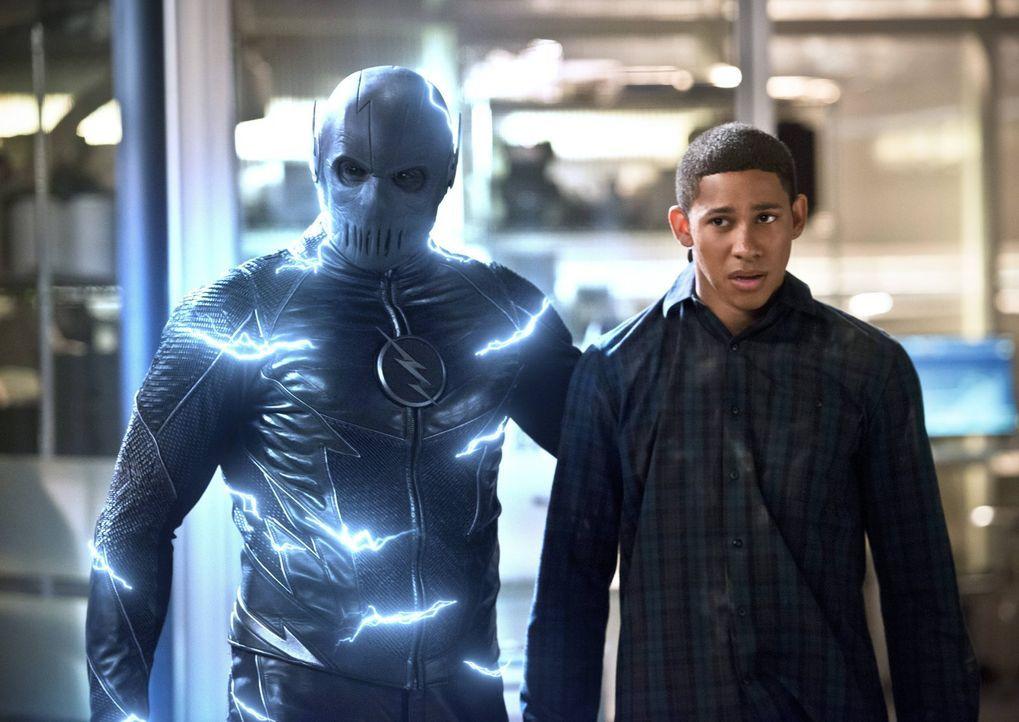 Hunter alias Zoom (Teddy Sears, l.) zieht ausgerechnet Wally (Keiynan Lonsdale, r.) in den unerbittlichen Kampf um die Schnelligkeit hinein ... - Bildquelle: Warner Bros. Entertainment, Inc.