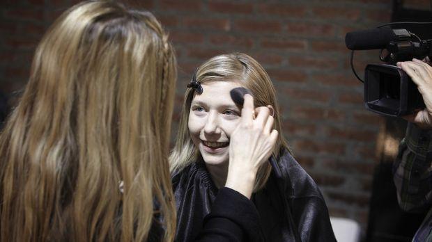 Durch Daisy Dee wird Sabine (r.) bald im neuen Glanz erstrahlen ... © DDProdu...