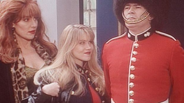 Peggy (Katey Sagal, l.) und Kelly (Christina Applegate, M.) sind von einer en...
