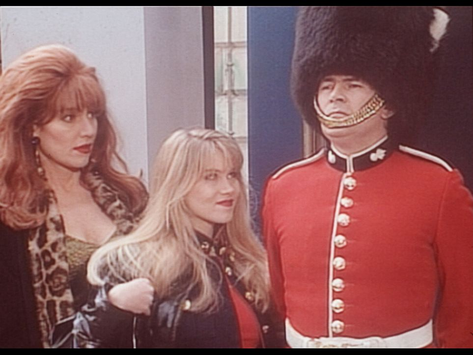 Peggy (Katey Sagal, l.) und Kelly (Christina Applegate, M.) sind von einer englischen Palastwache ausgesprochen angetan. - Bildquelle: Columbia Pictures